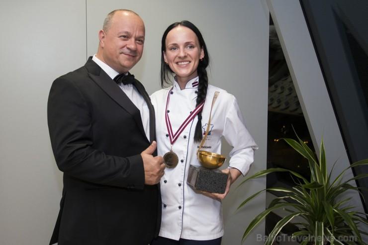 Ina kopā ar žūrijas komisijas pārstāvi Draganu Unicsu (Dragan Unic) - Šefpavāru Apvienību Pasaules Asociācijas (WACS -The World Association of Chef's Societies) Ziemeļvalstu reģiona priekšsēdētāju